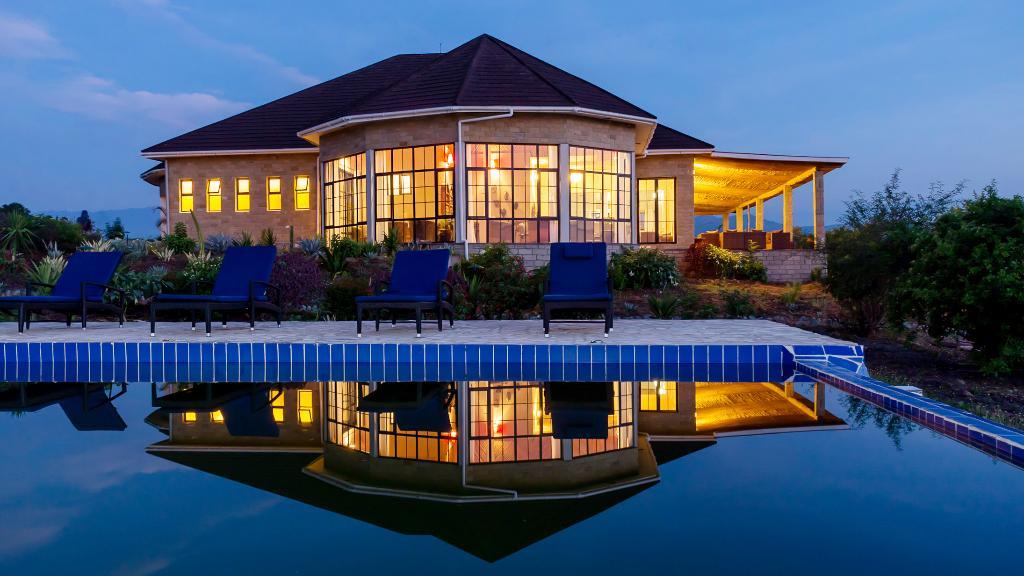 Hauptgebäude und Pool in der Elephant Plains Lodge