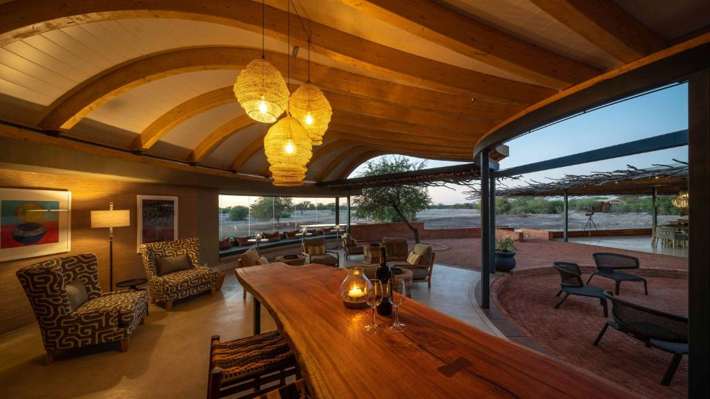 Loungebereich im Andersson's at Ongava Namibia | Abendsonne Afrika
