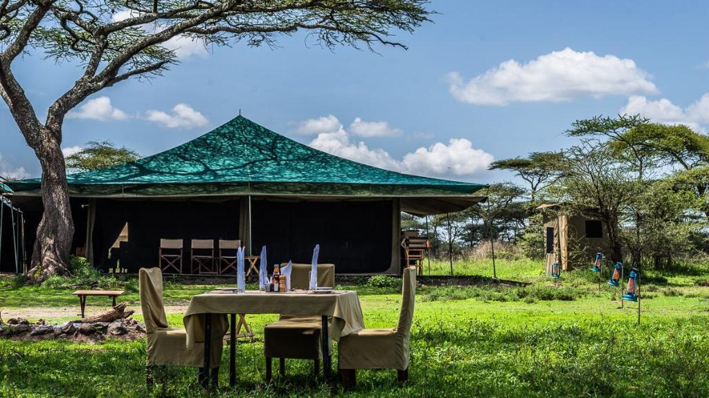 Blick auf das Ang'ata Migration Bologonja Camp in Tansania | Abendsonne Afrika