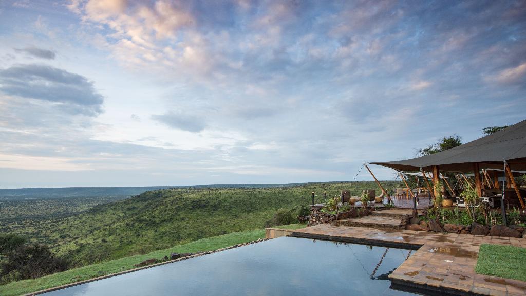 Blick auf das Loisaba Tented Camp und Star Beds, in Kenia | Abendsonne Afrika