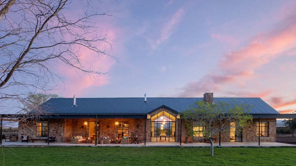 Haupthaus des Cederberg Ridge Wilderness Lodge in Südafrika | Abendsonne Afrika