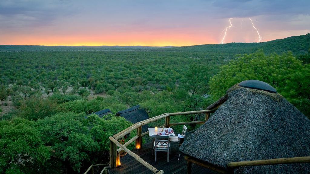 Ausblick von der Ongava Lodge in Namibia   Abendsonne Afrika