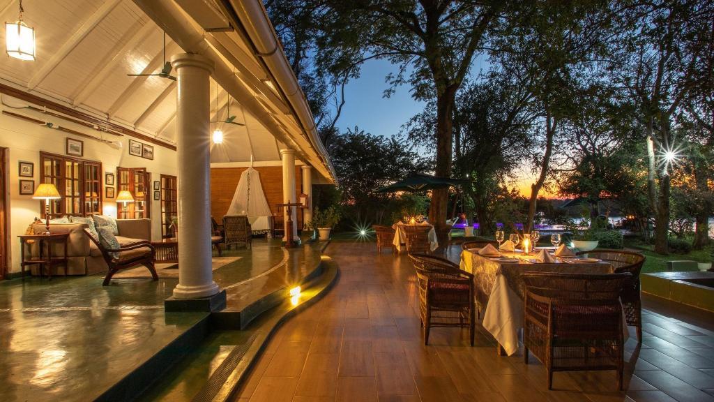 Veranda im The River Club in Sambia | Abendsonne Afrika