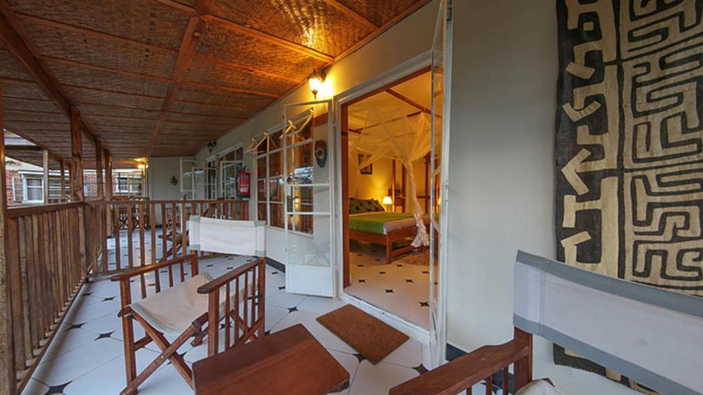 Zimmer im Papyrus Guesthouse in Uganda | Abendsonne Afrika