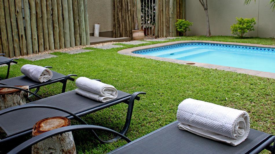 Pool im Elegant Guesthouse in Namibia  | Abendsonne Afrika