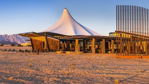 Blick auf die Dead Valley Lodge, Sossusvlei, Namibia | Abendsonne Afrika