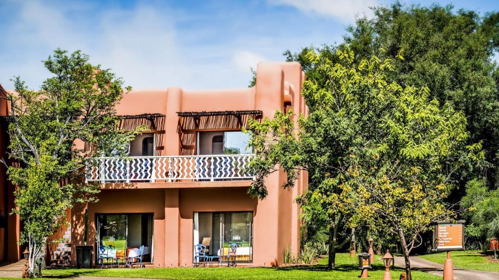 Bungalow im AVANI Victoria Falls Resort in Sambia | Abendsonne Afrika