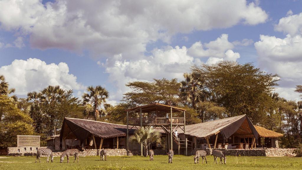 Hauptbereich der Chem Chem Lodge in Tansania | Abendsonne Afrika