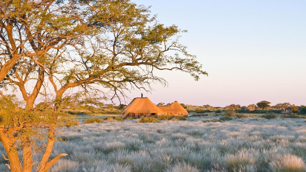 Blick auf die Kalahari Red Dunes Lodge in Namibia | Abendsonne Afrika