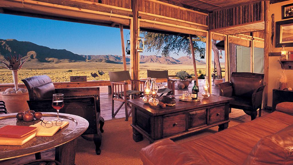 Lounge im Wolwedans Dune Camp in Namibia | Abendsonne Afrika