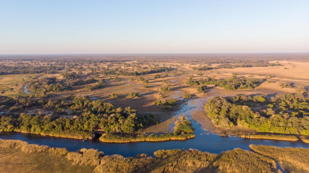 Überblick über die Nxamaseri Island Lodge in Botswana | Abendsonne Afrika