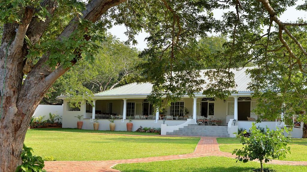Garten der Batonka Guest Lodge in Simbabwe | Abendsonne Afrika