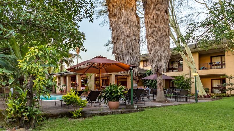 Blick auf das Hotel Numbi in Südafrika | Abendsonne Afrika