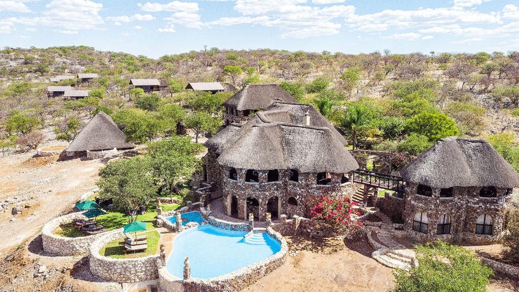 Blick auf die Eagle Tented Lodge & Spa in Namibia   Abendsonne Afrika