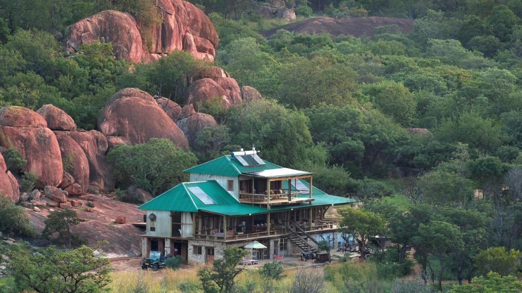 Blick auf das Khayelitshe House in Simbabwe | Abendsonne Afrika