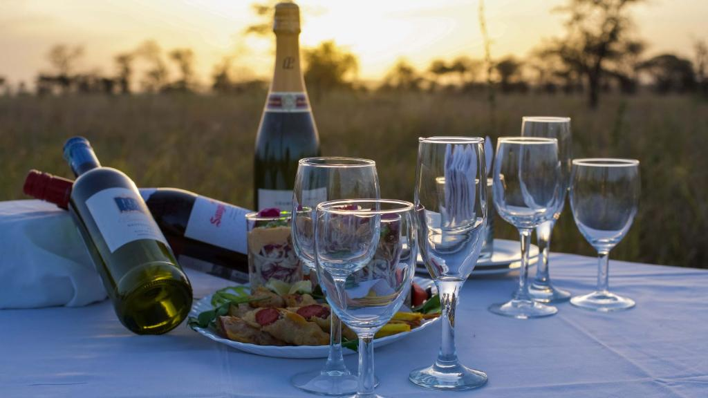 Sundowner im Ang'ata Serengeti Camp in Tansania   Abendsonne Afrika