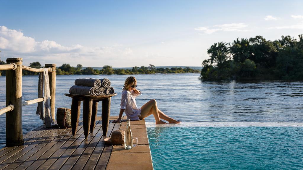 Pool im Sanctuary Sussi & Chuma in Sambia | Abendsonne Afrika