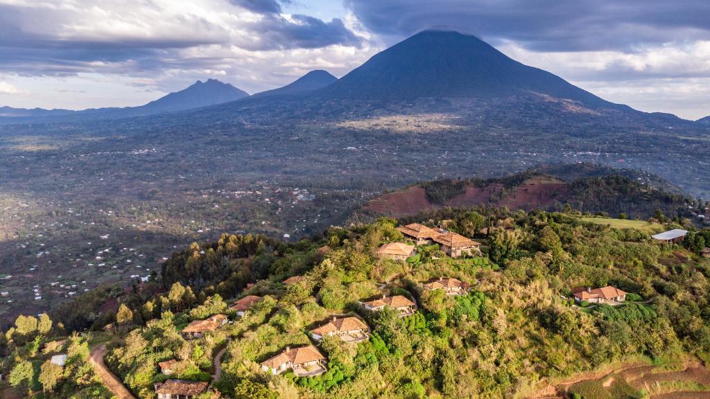 Blick auf die Virunga Lodge in Ruanda | Abendsonne Afrika
