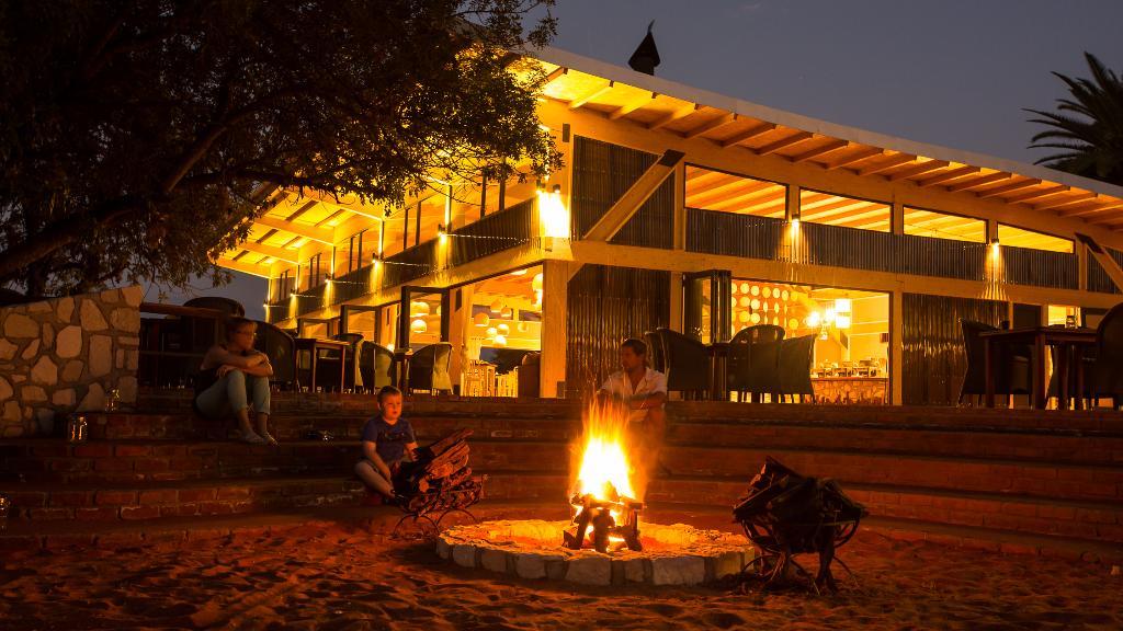 Restaurant der Kalahari Anib Lodge in Namibia   Abendsonne Afrika