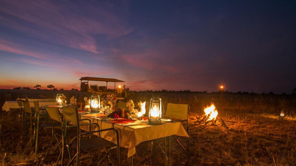 Bushdinner im Lagoon Camp in Botswana   Abendsonne Afrika