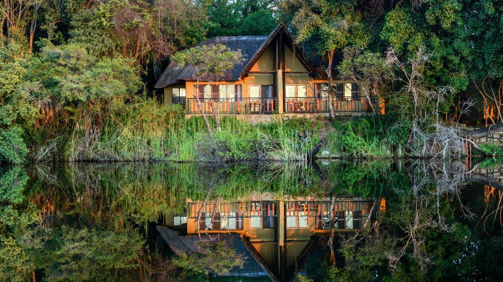 Blick auf die Namushasha River Lodge in Namibia | Abendsonne Afrika