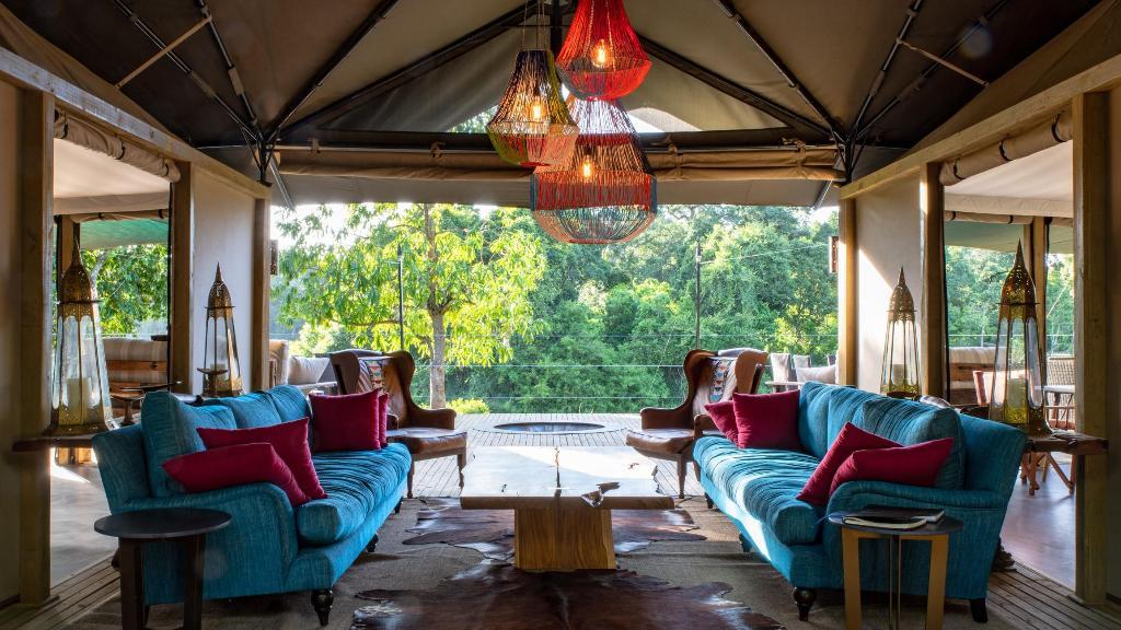 Lounge im Governors' Il Moran Camp in Kenia | Abendsonne Afrika