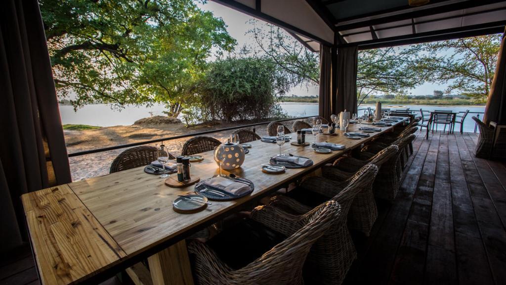 Esstisch in der Zambezi Mubala Lodge in Namibia | Abendsonne Afrika