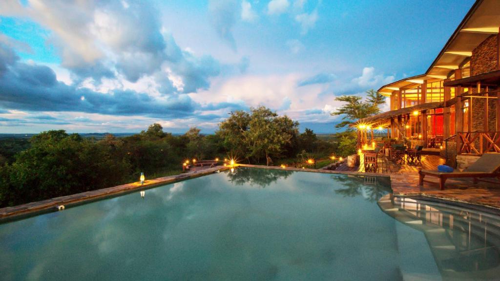 Haupthaus des Serengeti Simba Lodge in Tansania | Abendsonne Afrika
