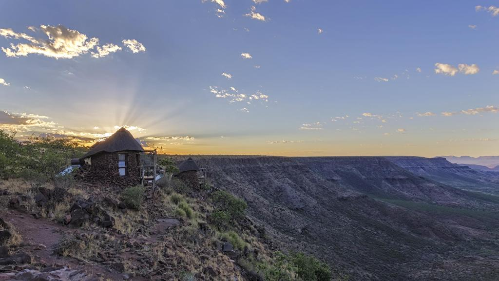 Bick auf die Grootberg Lodge in Namibia | Abendsonne Afrika