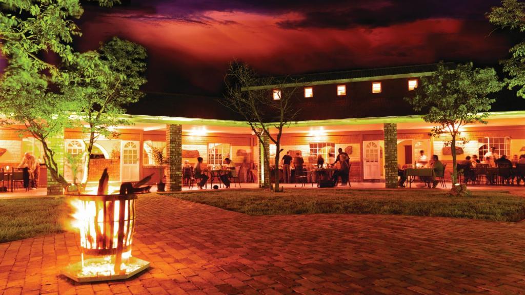 Abends in der Damara Mopane Lodge in Namibia   Abendsonne Afrika