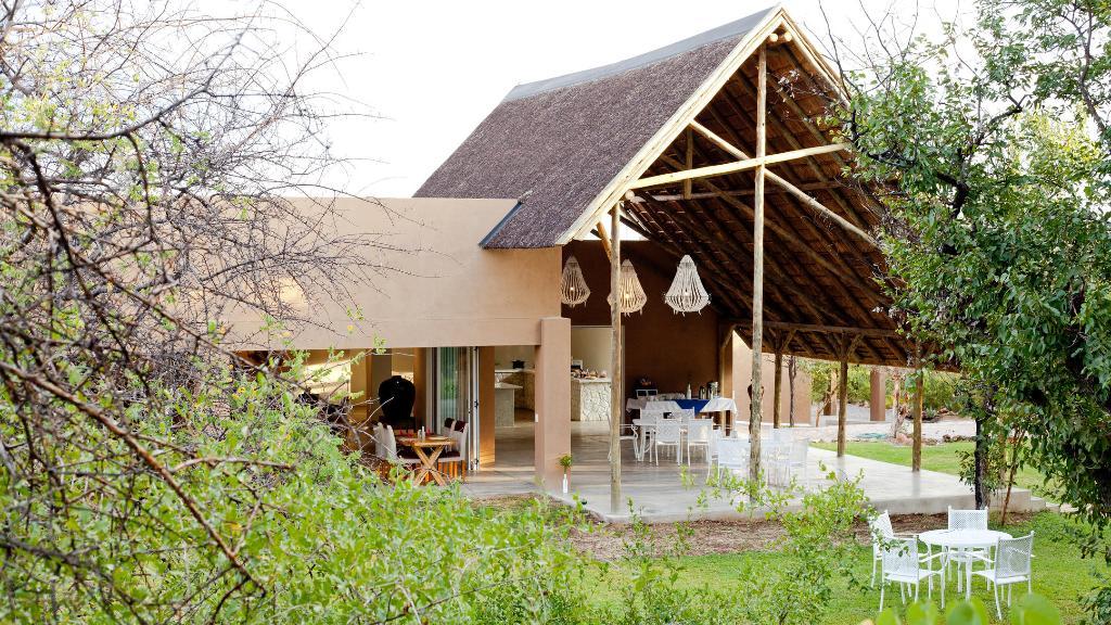 Hauptgebäude der Toshari Lodge in Namibia | Abendsonne Afrika