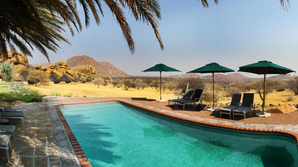 Pool der Ai-Aiba Lodge in Namibia   Abendsonne Afrika