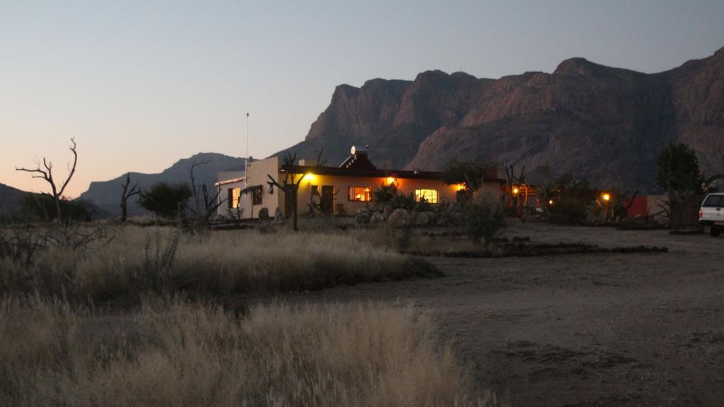 BLick auf die Hohenstein Lodge in Namibia | Abendsonne Afrika