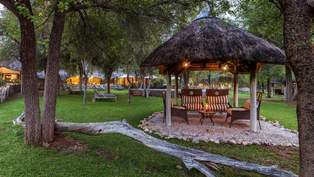 Gartenanlage der Mushara Lodge in  Namibia   Abendsonne Afrika