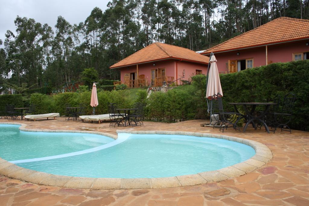 Außenansicht der Chalets und Pool im Andasibe Hotel in Madagaskar | Abendsonne Afrika