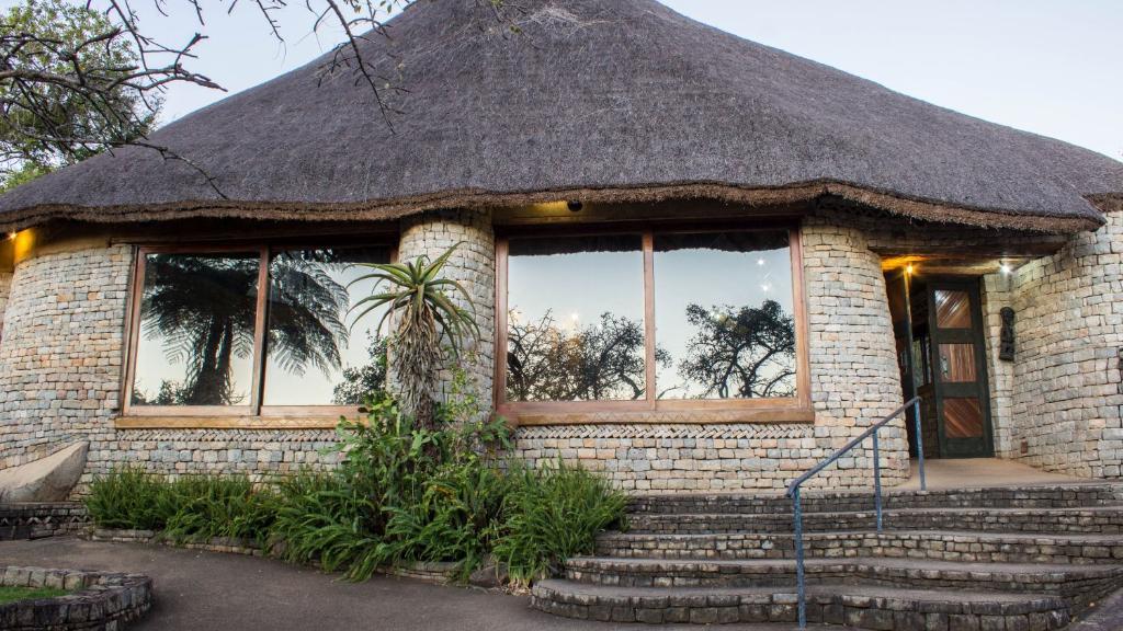 Haupthaus der Lodge at the Ancient City in Simbabwe | Abendsonne Afrika