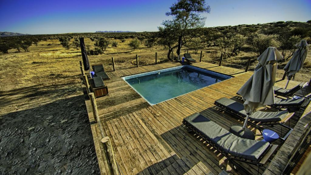 Pool in der Naankuse Lodge in Namibia | Abendsonne Afrika