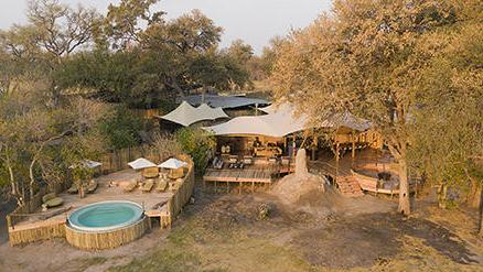 Blick auf das Khwai Leawood Camp in Botswana   Abendsonne Afrika