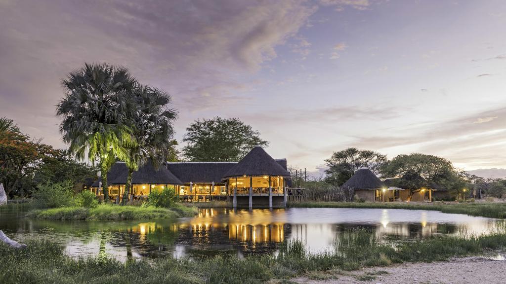 Haupthaus des Onguma Bush Camp in Namibia | Abendsonne Afrika