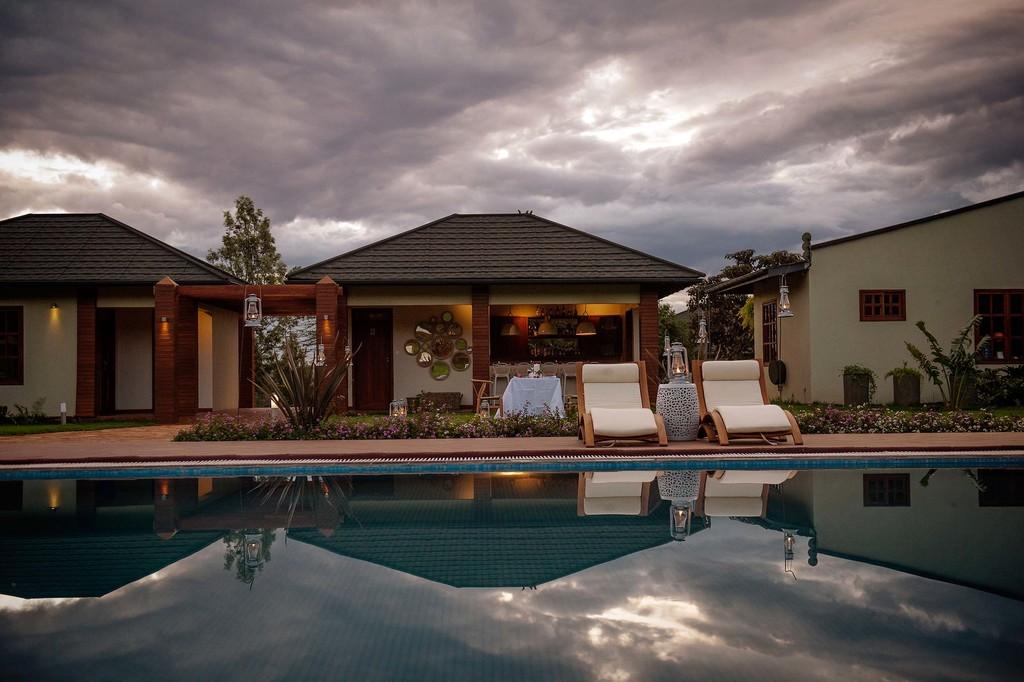 Pool und Bar der Acacia Farm Lodge in Tansania | Abendsonne Afrika