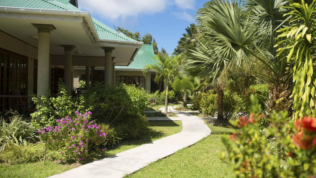 Garten der Cote D'Or Chalets auf Seychellen | Abendsonne Afrika
