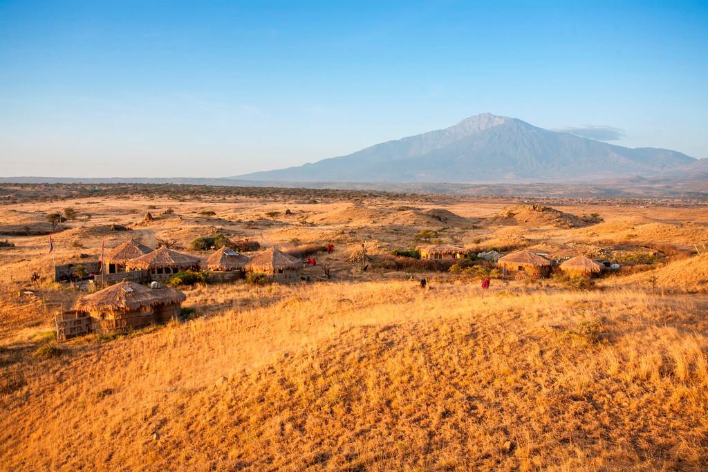 Ausblick auf die Africa Amini Maasai Lodge in Tansania | Abendsonne Afrika