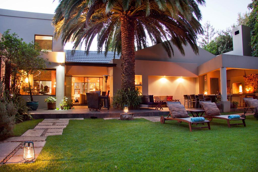 Außenbereich des African Rock Hotel in Südafrika | Abendsonne Afrika