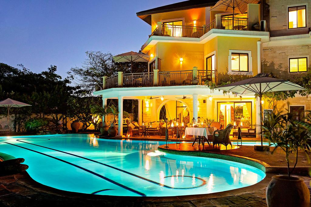 Pool des AfroChic Hotel in Kenia   Abendsonne Afrika