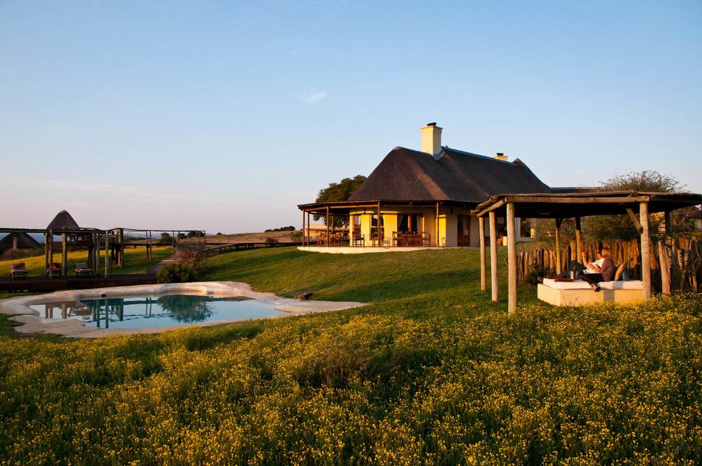 Blick auf die Amakhala Hlosi Game Lodge in Südafrika | Abendsonne Afrika