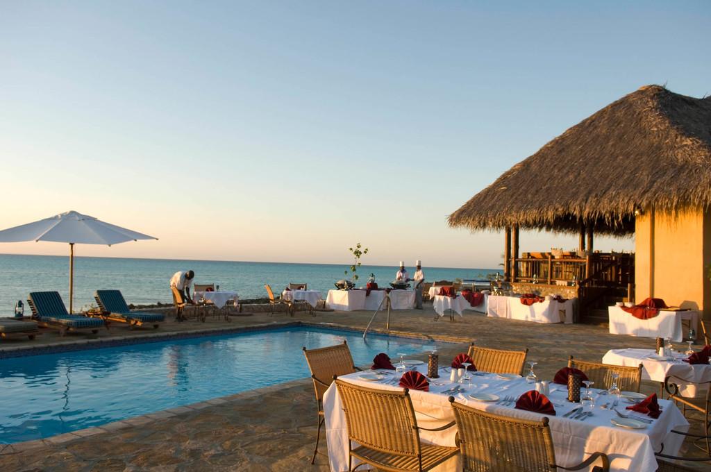 Abendessen am Pool des Anantara Medjumbe Island Resorts in Mosambik | Abendsonne Afrika