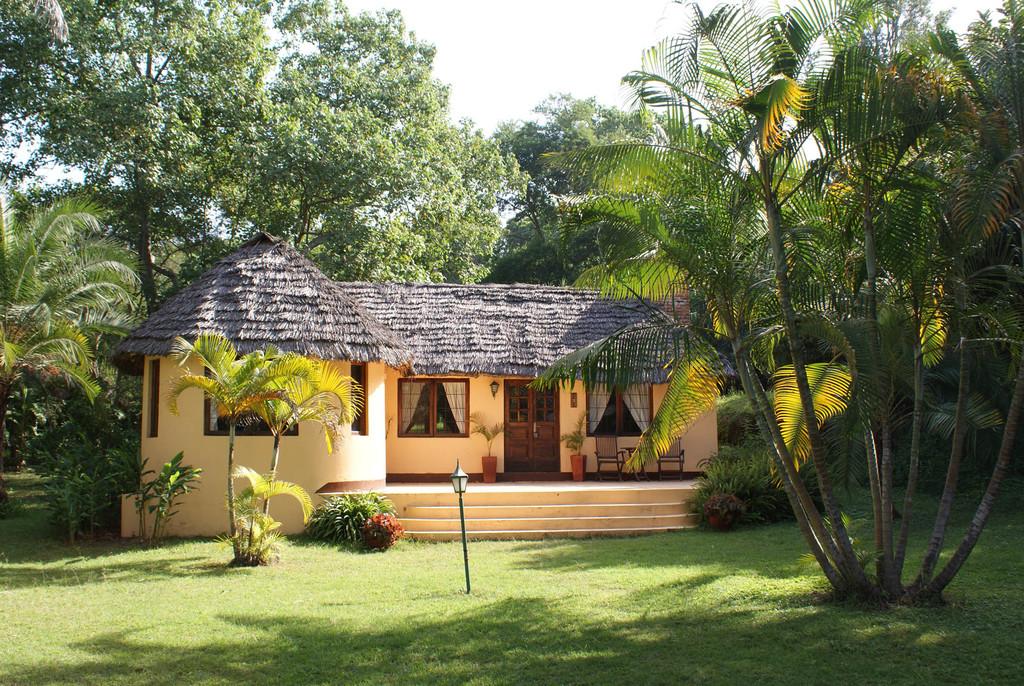 Hauptgebäude der Arusha Safari Lodge in Tansania   Abendsonne Afrika