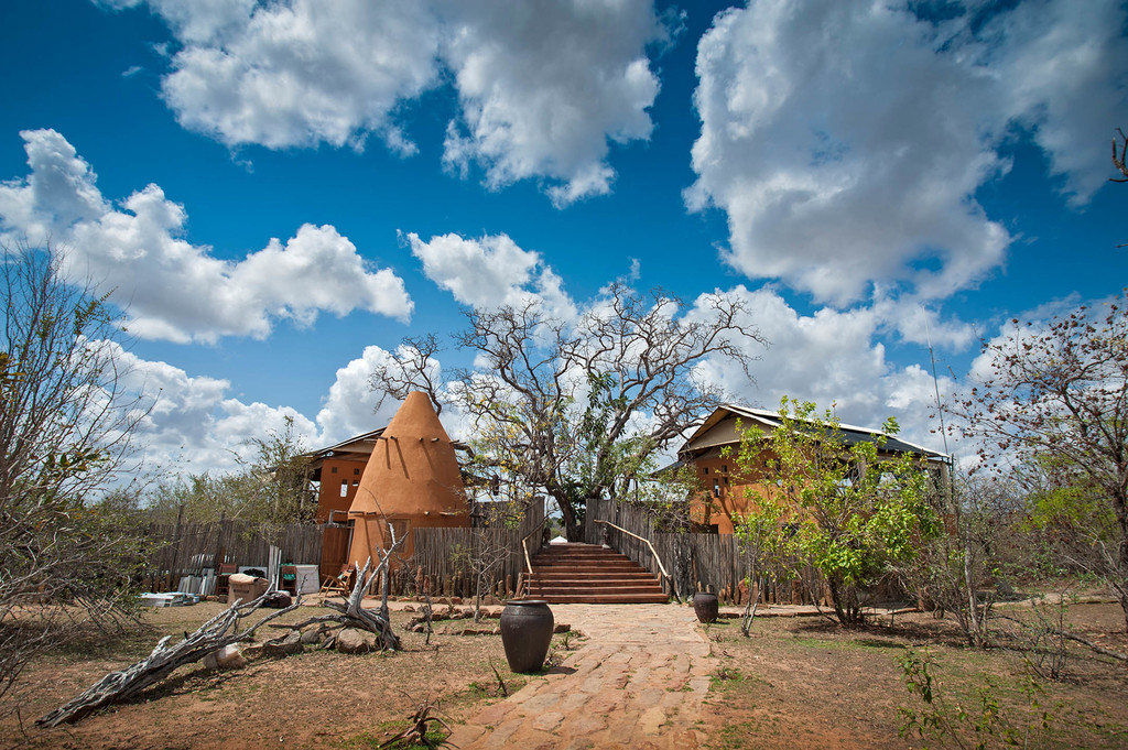Hauptgebäude des Azura Selous Camps in Tansania | Abendsonne Afrika