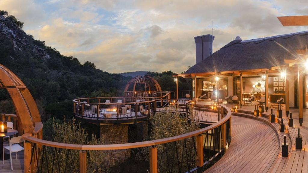 Deck im Shamwari Eagles Crag Lodge in Südafrika | Abendsonne Afrika