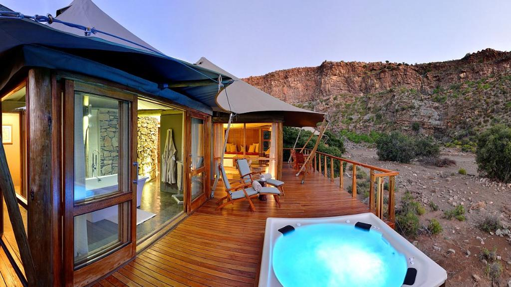 Chalet der Dwyka Tented Lodge in Südafrika   Abendsonne Afrika